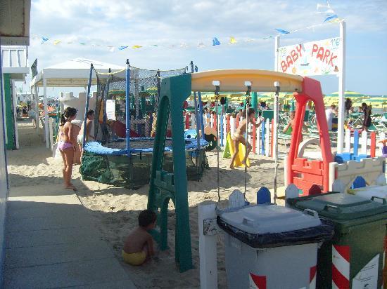 Hotel Souvenir : I giochi dei bmbini in spiaggia