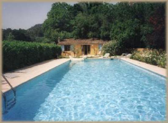 Lei Chambris : Amandine Studio sleeps 2-3. Delightful intimate accommodation just steps from the pool.