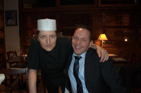 La cuisinière du Mythos et Philippe Henri