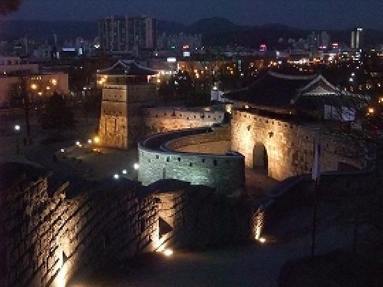 Suwon, Corea del Sur: 華西門ライトアップ