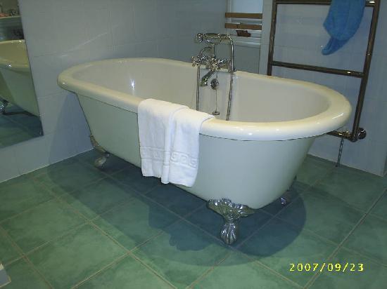 Moorpark House Hotel: rolled top bath standard room