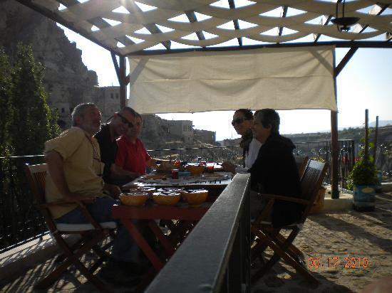 AlKaBriS: petit déjeuner sur la terrasse