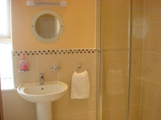 Shines Guesthouse: ensuite bathroom