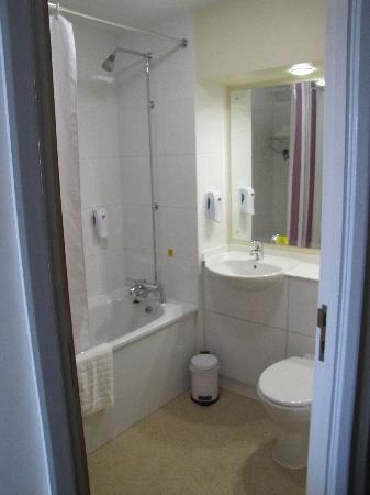Premier Inn Coleraine Hotel: Bathroom