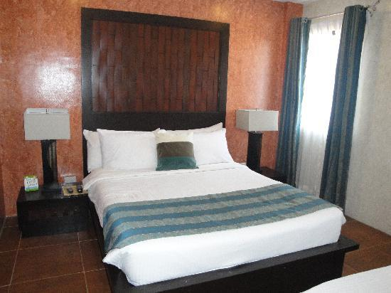 Home Crest Hotel: bed