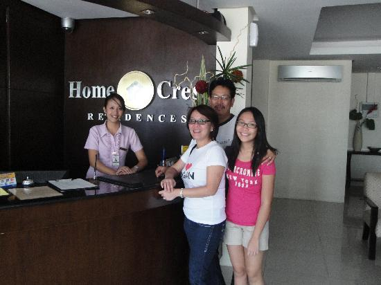 Home Crest Hotel: front desk w/ muffy