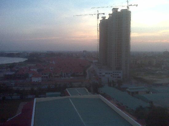 Sofitel Phnom Penh Phokeethra: Uninspiring view