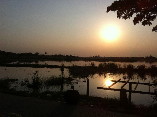 Wishing Tree Resort: Sunset view of the lake in the nearby village