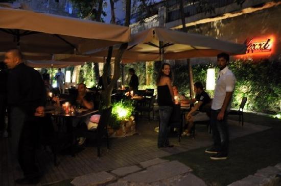 Il giardino con l illuminazione di sera foto di nexxt pub