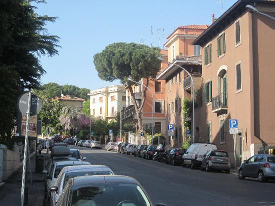 Domus Aventina : hotel on the right