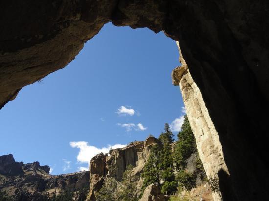 Raices, el Origen de los Sentidos - Amunche: El paisaje imponente visto desde el interior de la cueva del caballo
