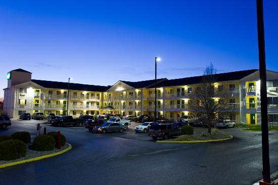 Crossland Economy Studios - Spokane - Valley: The hotel at dusk