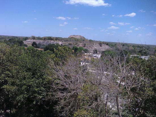 Izamal, México: la piramide de kinich kambo a lo lejos