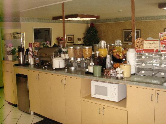 Best Western Plus Inn of Hayward: breakfast bar