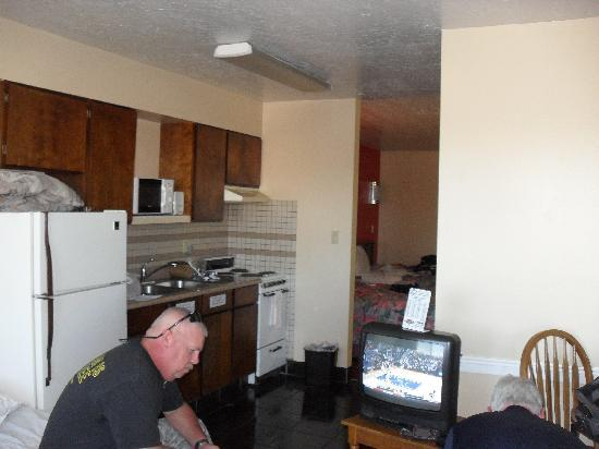 Coronada Inn and Suites : Front room