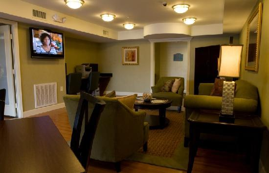 InTown Suites Columbus: Lobby with Business Center