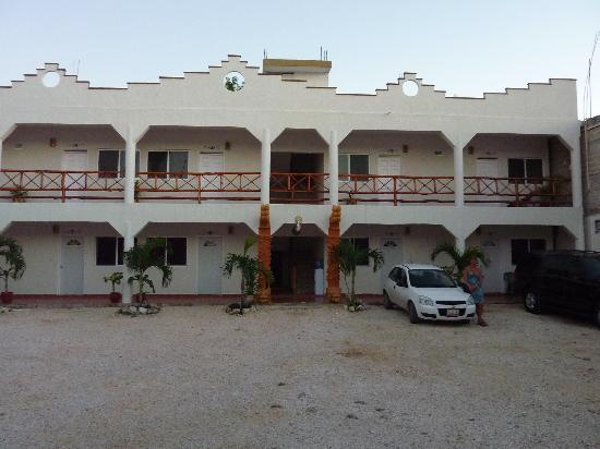 Hotel Kukulcan : Rooms face out into the parking lot.