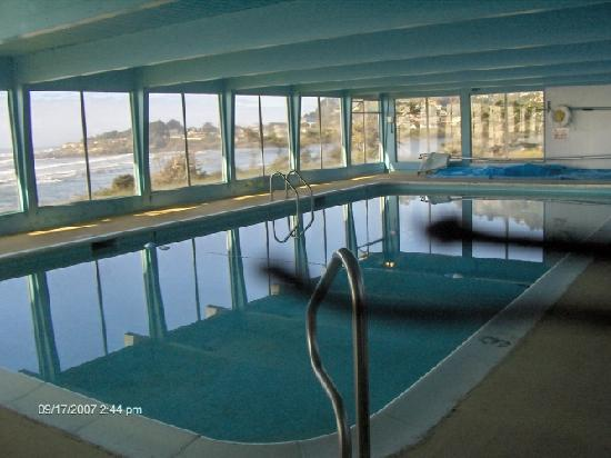 The Yachats Inn: OR splash in the huge swimming pool