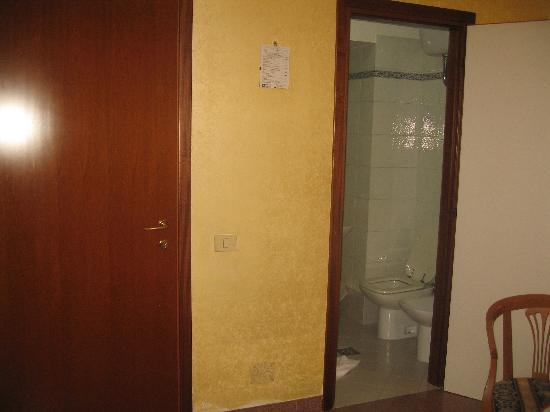 Hotel Milo: Main door and bathroom