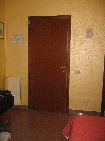 Hotel Milo: Entry door