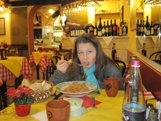 Nero di Seppia: Plate of spaghetti con pomodoro