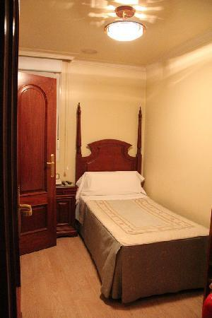 Hostal Victoria II: single room
