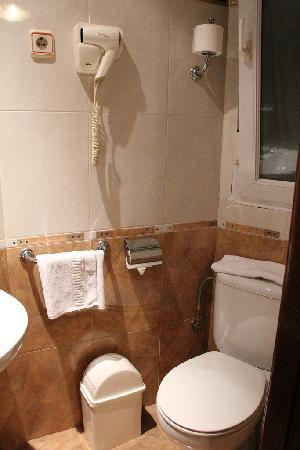 Hostal Victoria II: shining bathroom