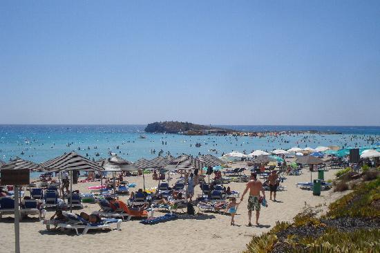 Ayia Napa, Chipre: Veduta della spiaggia con l'isoletta Nissi sullo sfondo
