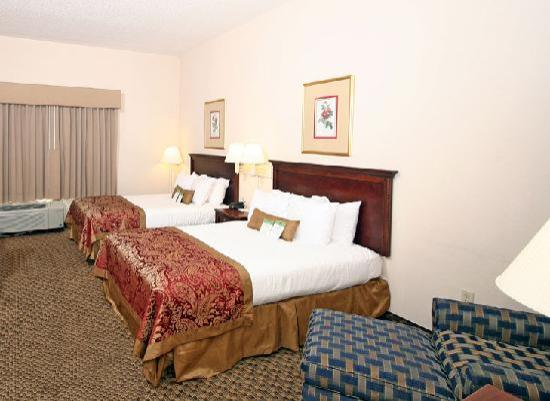 Wingate by Wyndham Columbia/Harbison: Spacious Double Guest Room offers a microwave, refrigerator, and flat screen TV.