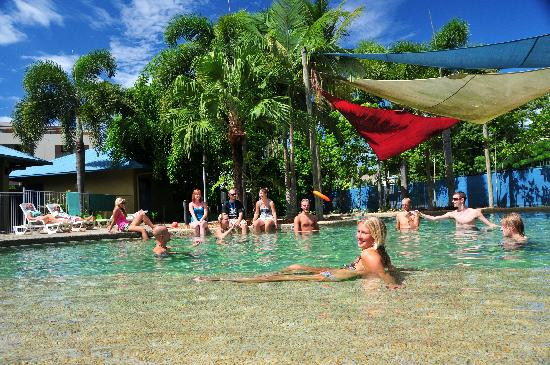 Nomads Cairns Backpackers and Serpent Bar: Beautiful HUGE pool