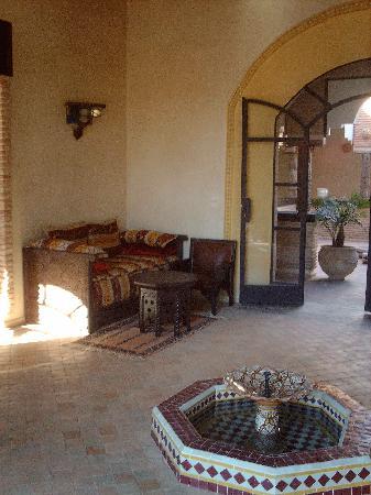 Riad Jnane Ines: grand salon vers salle à manger