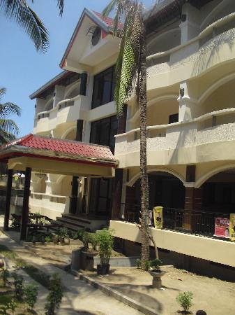 Mindorinne Oriental Beach Resort: The other building of the hotel facing a nice garden and  ocean view
