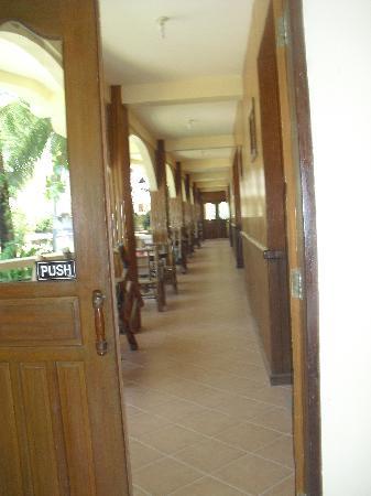 Mindorinne Oriental Beach Resort: Hallway to our room