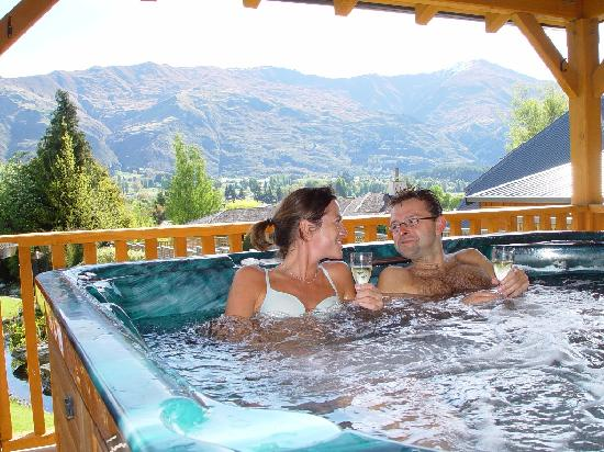 Garden Spa Pool at Wanaka Springs Lodge