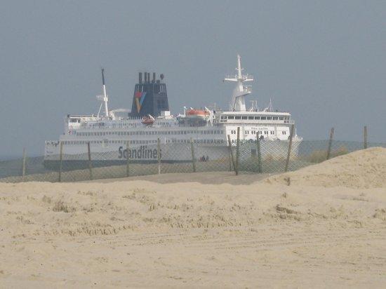Warnemunde, Germany: In die erste Reihe beim Schiffe beobachten.