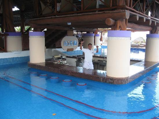 Excellence Riviera Cancun: Swim-up bar!