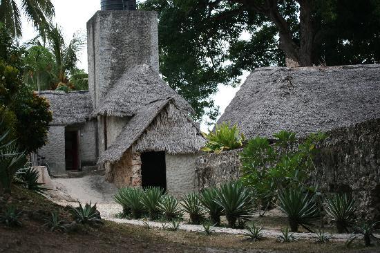 Chuini Zanzibar Beach Lodge : Im hinteren Teil der Anlage gelegene Geräte- und Arbeitsgebäude, die gut integriert sind und nic