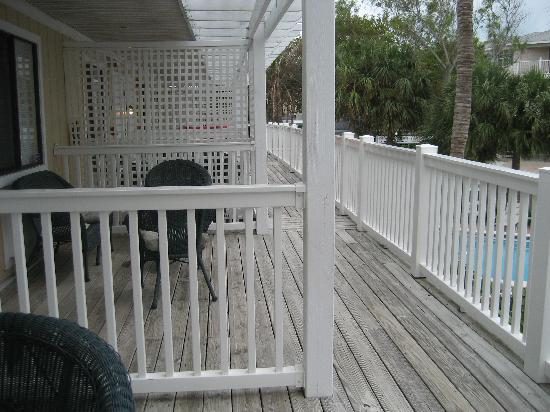 Tropic Isle Beach Resort: Second floor deck