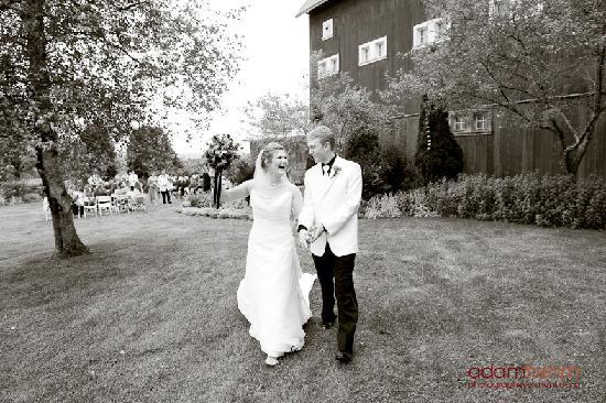 Inn at Mountain View Farm: Profesional wedding photo near the reception barn.