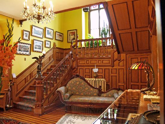 Bread And Roses Inn: Front Hall and Staircase