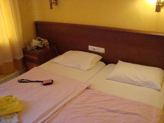 International Hotel: bed