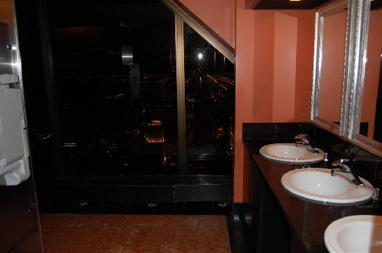 The Signature Room at the 95th: Ladies bathroom on 96th floor