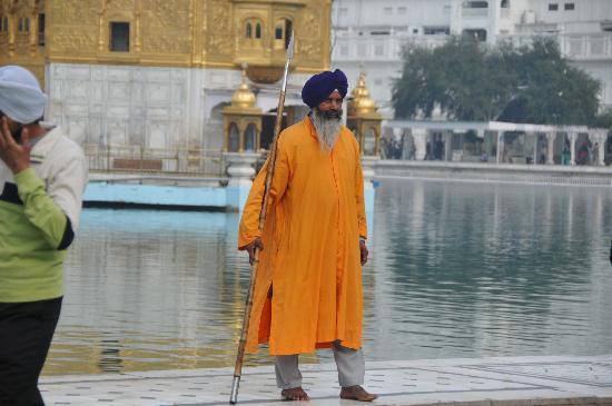 Hotel Heritage Inn Amritsar: Un des nombreux gardiens du Golden Temple