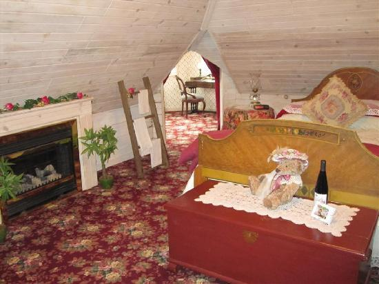 Kingsley House Bed and Breakfast Inn: Northern Spy Suite (showing entrance to turret sitting room)