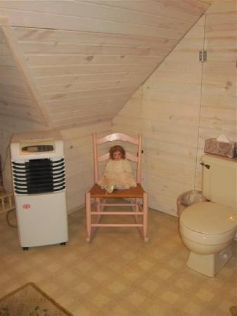 Kingsley House Bed and Breakfast Inn: Doll in bathroom
