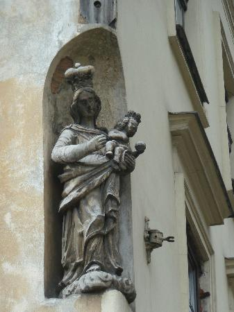 Cracovia, Polonia: Much art on outside of buildings like this