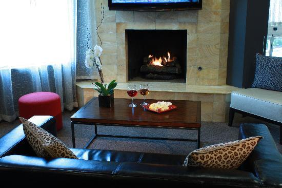 Hotel Zero Degrees: Cozy Lounge Area with Fireplace