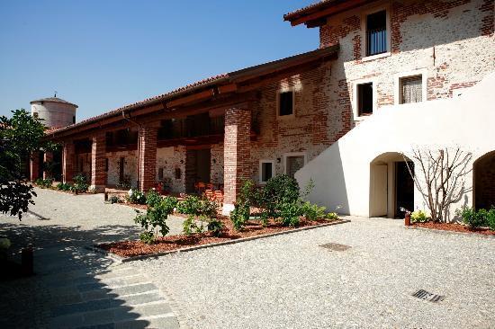 Agriturismo Tetto Garrone : Tetto Garrone courtyard