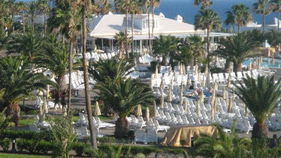 ClubHotel Riu Gran Canaria: The restaurant in the background, was buffet lunch, then changed to the speciality restaurant of