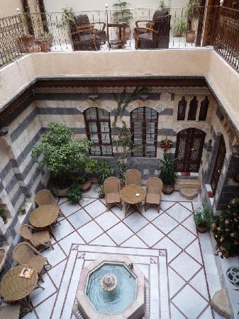 Beit Rumman Hotel: Sicht von der Galerie auf den Innenhof